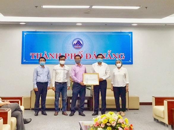 Ông Phạm Ngọc Bình (ở giữa) - Phó Chủ tịch HĐQT Tập đoàn PPC An Thịnh, trao danh mục thiết bị y tế tặng TP Đà Nẵng cho lãnh đạo thành phố