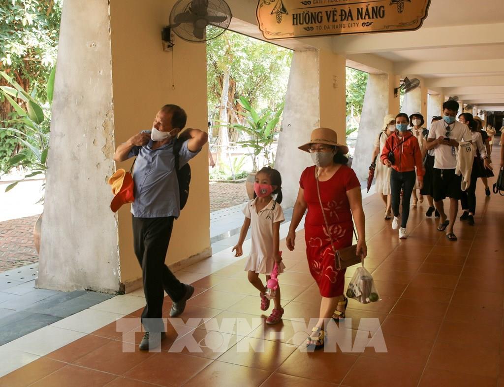 Du khách thực hiện đeo khẩu trang khi đi tham quan tại khu du lịch Bà Nà Hills (Đà Nẵng)